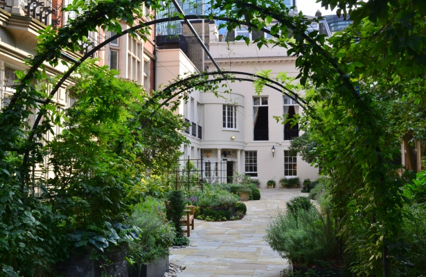 The Courtyard at the Historic London Wedding Venue Drapers' Hall | Confetti.co.uk