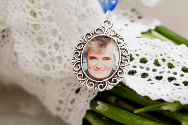 Frame picture of the brides father on her bouquet | Confetti.co.uk
