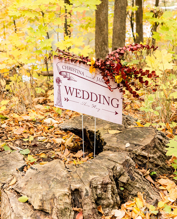 Autumn Wedding Details | Rustic wedding sign for outdoor weddings| Confetti.co.uk