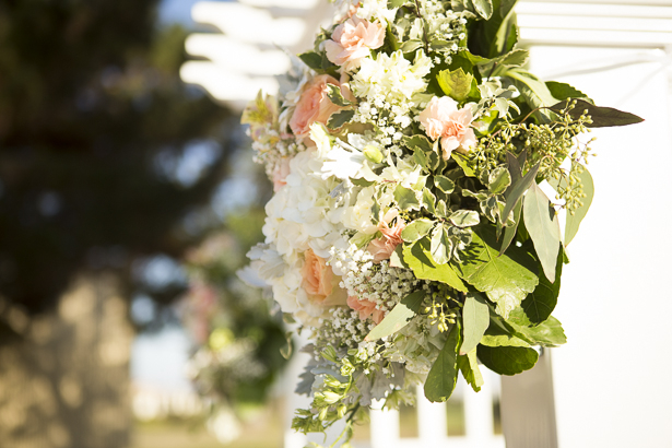Blush pink and white hydrangeas floral arrangements for the ceremony | Crystal & Giampaolo California Real Wedding |Destination Wedding America | Confetti.co.uk