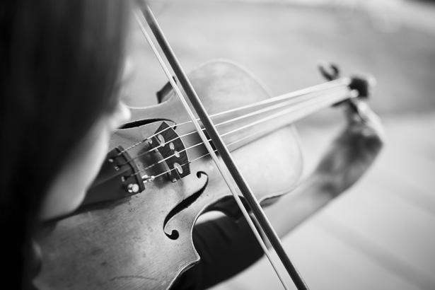 Violinist playing during the ceremony | Outdoor wedding ceremony ideas | Beach wedding | Crystal & Giampaolo California Real Wedding |Destination Wedding America | Confetti.co.uk