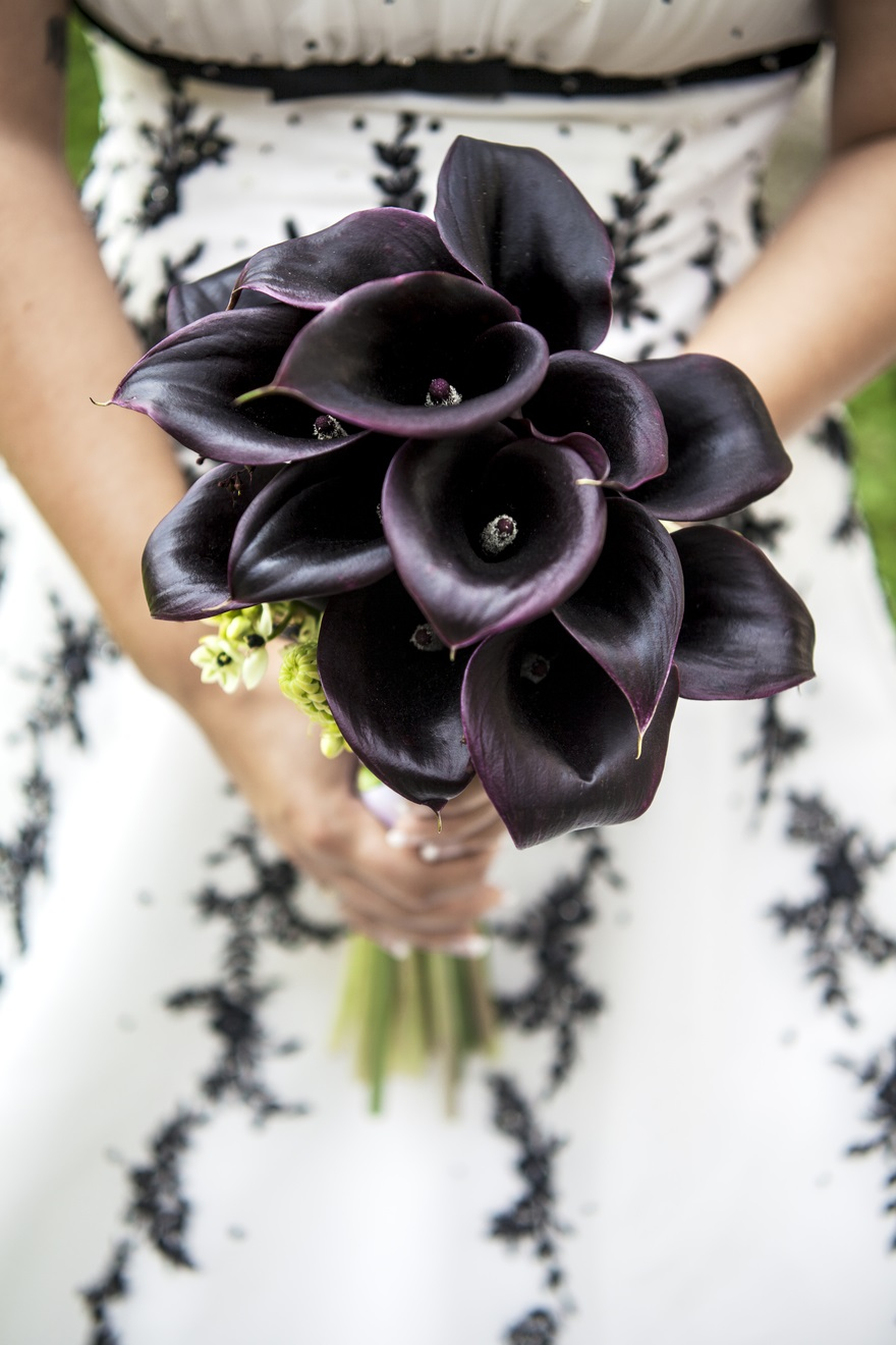 Black bridal bouquet | Confetti.co.uk