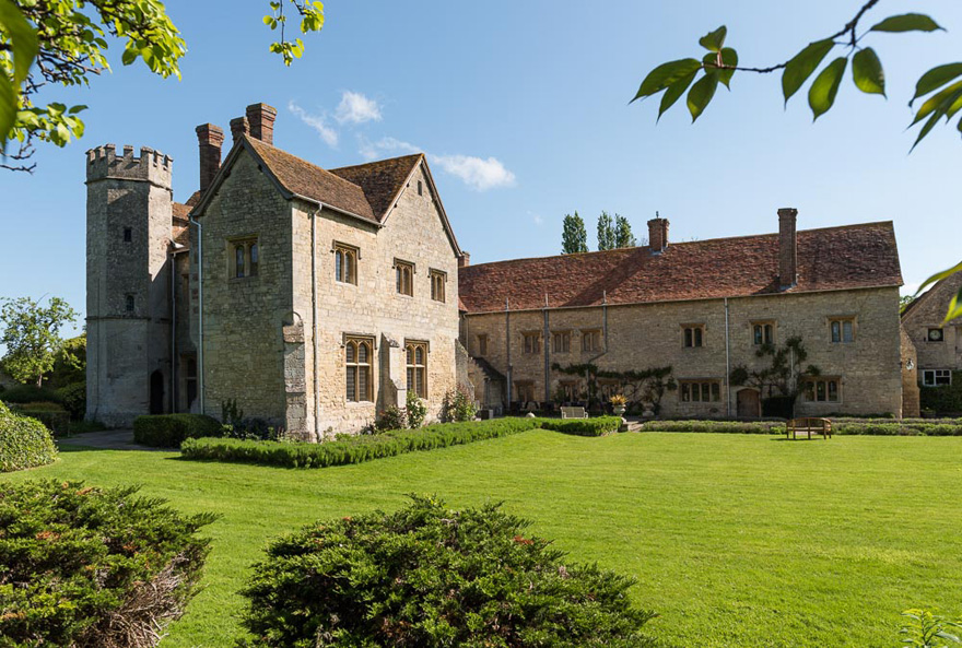 Country House Wedding Venues in Oxfordshire - Notley Abbey by Bijou Weddings - Beautiful Outdoor Wedding Venues in the UK | Confetti.co.uk