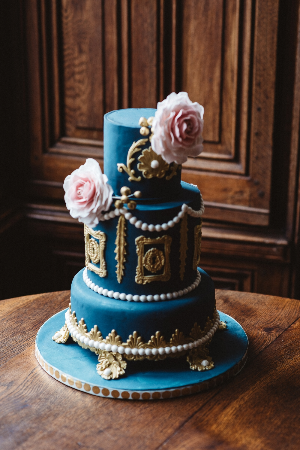 blue-and-gold-wedding-cake